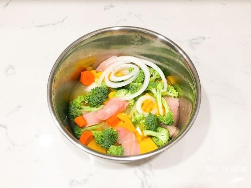 電鍋煮白米、胡蘿蔔、洋蔥、雞胸肉、南瓜、花椰菜 、酪梨油.jpg